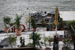 セーヌ川の船はカフェになっている。