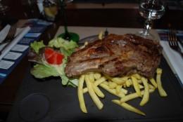 レストランランチ・びっくりするほどでかいステーキ!