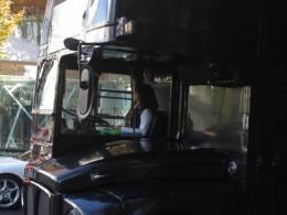 かっこいい女性のバス運転手さん