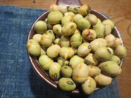 帯広から送ってきた大豆を煎りました