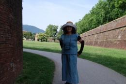 城壁入り口。駅から城壁まで歩いて2分。目の前です。ブルーの綿スブラウス・パンツを着て