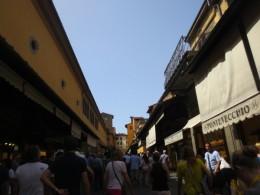 ベッキオ橋の上は観光客でいっぱい!両端は宝石屋。いつ、橋を渡ったか分かりません。