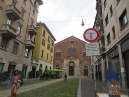 街中の路地の小さな教会。