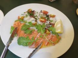 サーモン、蛸のあぶり焼き。シチリア産の塩とオリーブオイルだけで味付け