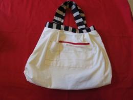裏は帆布。中のポケットには赤いファスナーを付けて安全に。