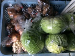 近所の農家さんが採りたて野菜を玄関先に持って来てくれます。安くて、新鮮!