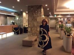 武生プラザホテルのロビーで。今から、夜の武生の町を探索。