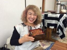 お昼に北村さんが、うなぎをご馳走してくれました。嬉しい!いただきまーす!