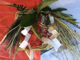 しめ縄です。新潟の黒米、赤米、森から裏ジオ、ゆずりは、南天の実、長野から水引、和紙で紙垂(しで)。材料費1000円。手作りしめ縄でお正月をお迎えください。