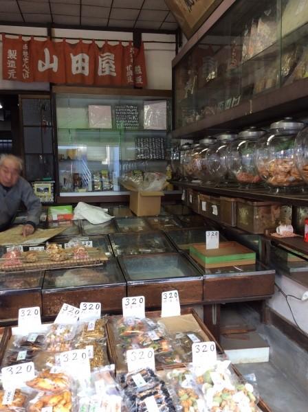 昭和レトロの店。お煎餅やさん。