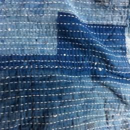 昔の刺し子布団。軟らかく、優しいですね。温かさに溢れています。良い子だよー。