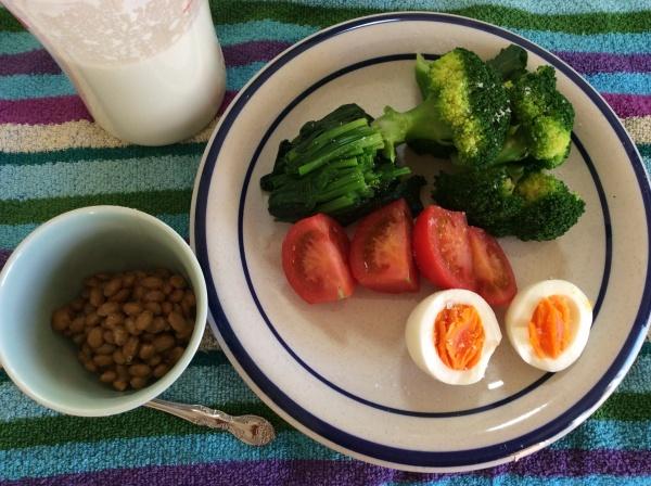 納豆も、ほうれん草も、トマト、ゆで玉子、牛乳。お腹いっぱいだー。
