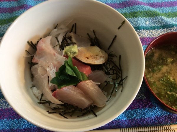 朝から、刺身丼です。