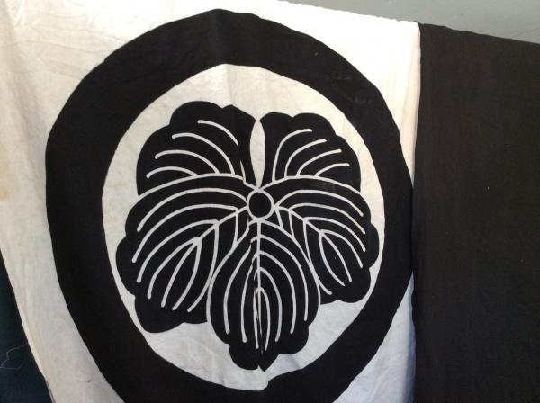 幟旗の大きな、白黒の紋。創作意欲まします。