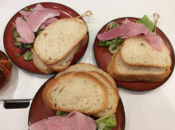 お客さまがテーブルでサンドイッチを作ってくれました。