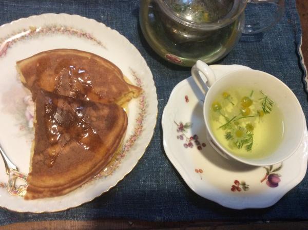 いえに帰って、早速、生花のカモミール茶。ホットケーキを焼いて、おやつタイム。