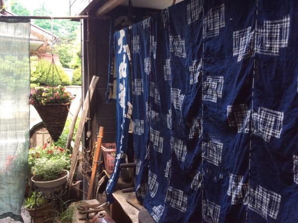 お天気なので、先日競り落とした布もどんどん洗って干しています。おー忙しいー!