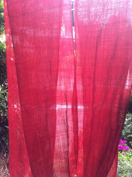 黄ばみ、シミの合った麻半が綺麗な赤い染まりました。