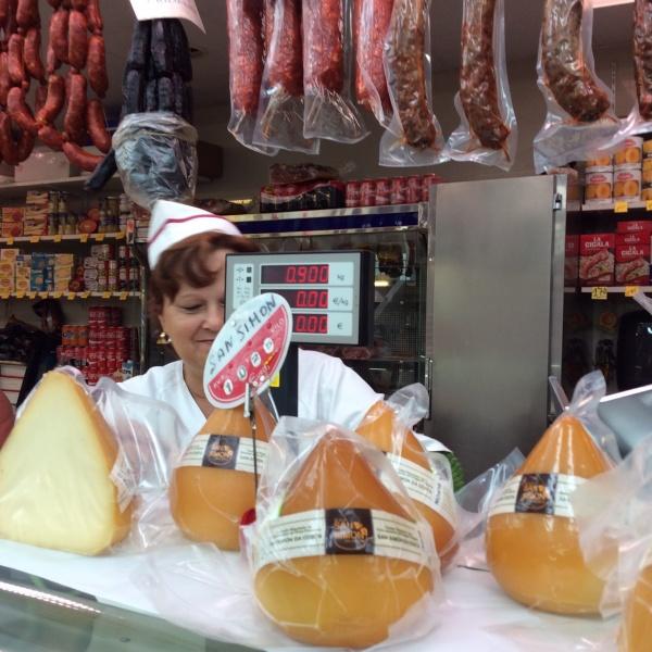 チーズ屋のおばちゃん。 あんまり愛想が良いので、チーズ買ってしまいました。 やっぱり商売は愛嬌ですね。