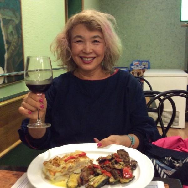 大衆食堂です。 ワインハーフボトル飲んじゃいました。 8ユーロ(日本円で1000円)