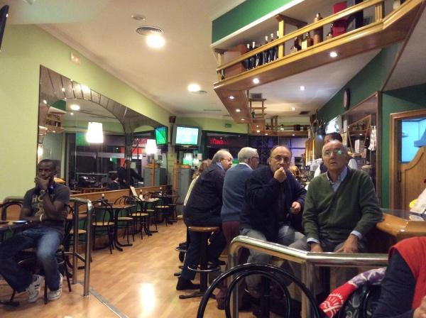 サッカー観戦を見ているレストランのお客さんたち。 良いね。右のおじさん良いよね。