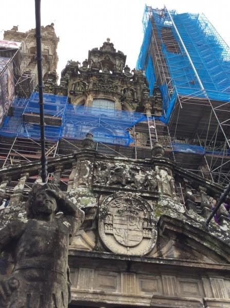 カテドラルの入り口「栄光の門」 聖ヤコブの像が、中央で迎え入れる。