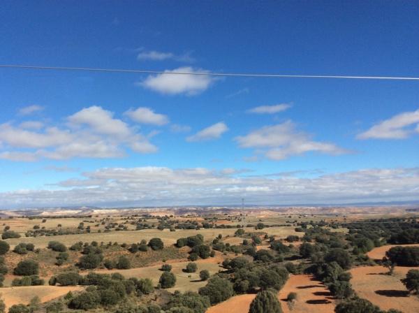 マドリードから、バルセロナまでの車窓から。 赤茶けた、荒涼とした景色が続きます。