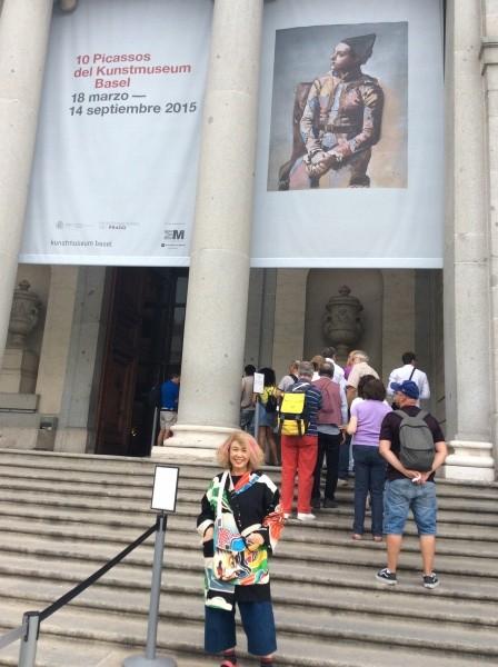 プラド美術館前で。 スペインでは、タブレットを見ると、直ぐに、ひったくられて、おまけに、大怪我が絶えないという。