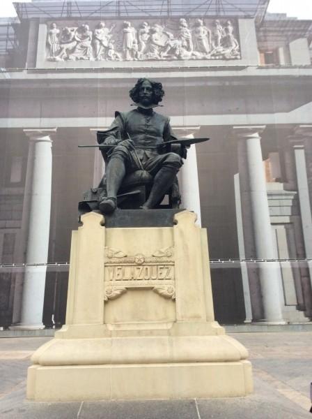 プラド美術館前にあるベラスケスの像。