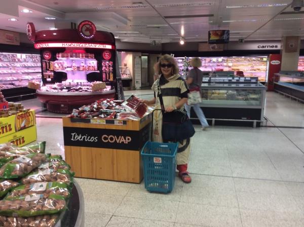 近くのスパーへ買い出し。 生ハム、チーズ、果物、野菜。