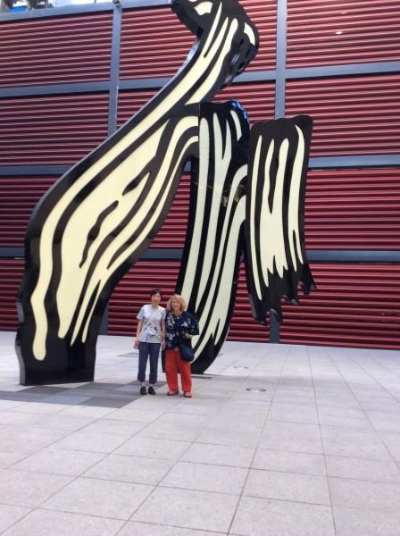 ソファ王妃芸術美術館の正面入り口。 マドリード20年在住の画家恵美さんと。