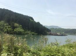 磐越西線で会津若松迄の小さな旅。 約2時間半。27駅各駅停車。 阿賀野川沿いを、列車が走ります。 新緑が素晴らしい!
