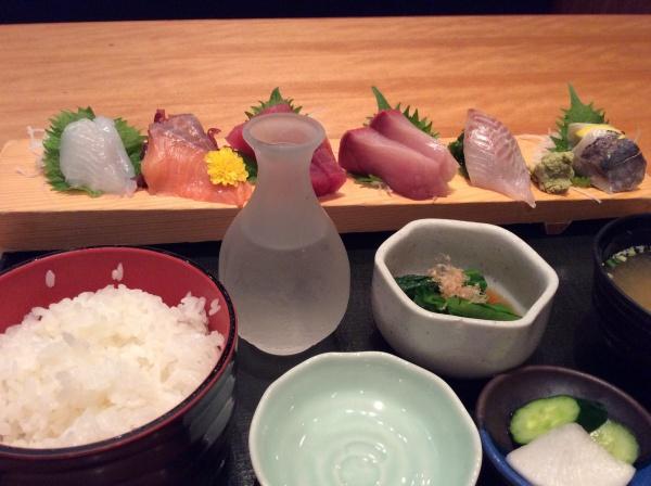 お刺身定食1280円。 美味しい新潟村上のお酒で。