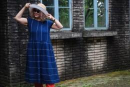 四国の藍染綿蚊帳です。四国の蚊帳はこのように白のせんが入っているのが特徴です。ローウエストワンピース。