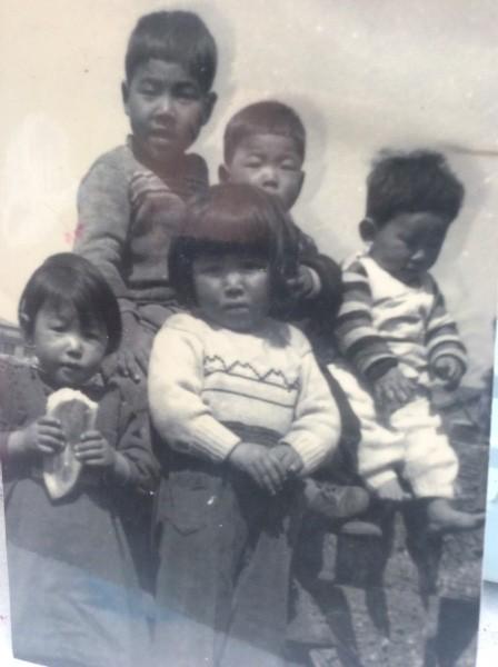 左下でコッペパンをかじっているのが、2才の私。 母が作ってくれたワンピースをきています。 戦後の子供たちですね。 ゲームもタブレットも無い、子供らしい子供たち。