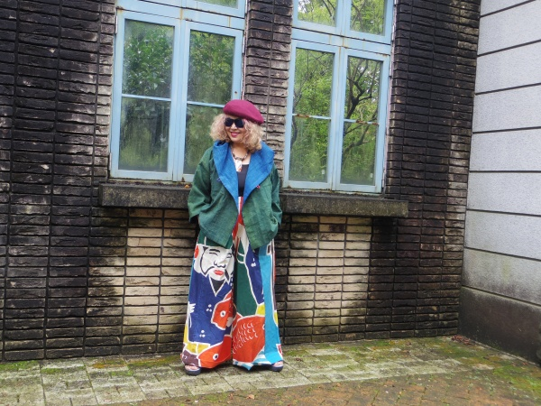 恵比寿さまの大漁旗からワイドパンツとショートフードジャケットとの組み合わせ。