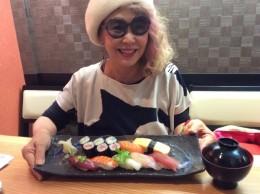 大好きなお寿司を食べて、元気出すぞ〜!
