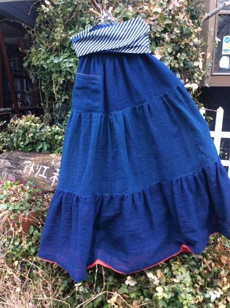 先日の木綿藍蚊帳が、こんなに可愛いいスカートに変身しました。 藍無地は基本中の基本。 1番飽きがこなく、着こなせる色です。