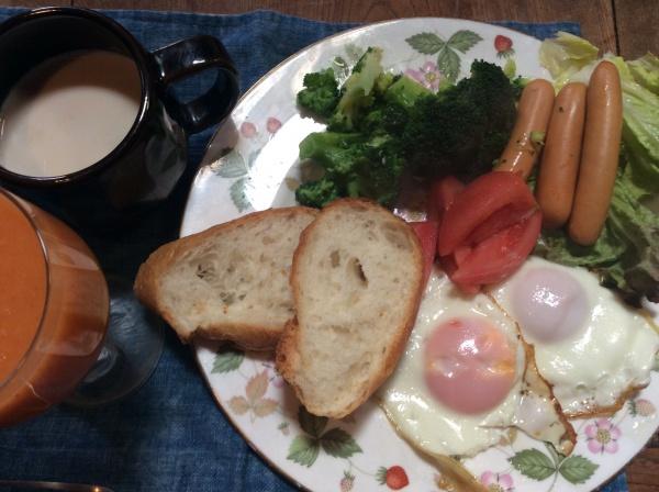 どうでもいいなんて言っていますが、結構こだわるんです。 パンはポンパドールんpフランスパン。 卵は伊勢原寿雀卵。 ソーセージは成城石井の自家製ウインナー。お徳用600グラム980円。これ絶対お勧め。 ブロッコリー。トマト。 人参ジュース。 ミルクテイ。 こんなところかな。 食べ終わるのが10時過ぎなのでお昼は食べません。