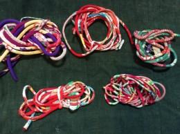 ブローチ。 この細い紐を作るだけでも大変な作業。