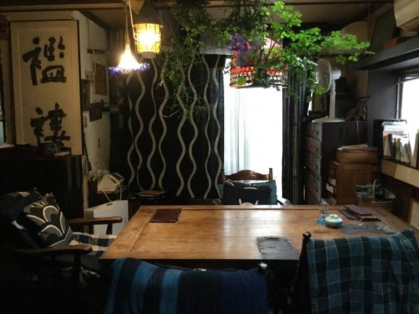 なぜか、皆さんこの部屋が好き。薄暗くて、綺麗な部屋ではないのですが、落ち着くのだそうです。 テーブルは、ケヤキに蔵戸。100キロ以上はあります。