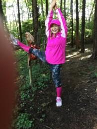 ロープに足をかけてストレッチ。 私の森のスポーツジム。