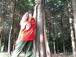 木に話しかけます。