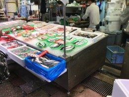 近江市場も土地の人の台所と言うより、観光客の方が多くなったようなきがしました。 以前は S水産で、鰻を、沢山お土産に買って行きましたが、高くてとっても手が出ない!