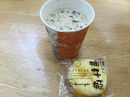 アイスミルクティーと差し入れの柚子ケーキ。