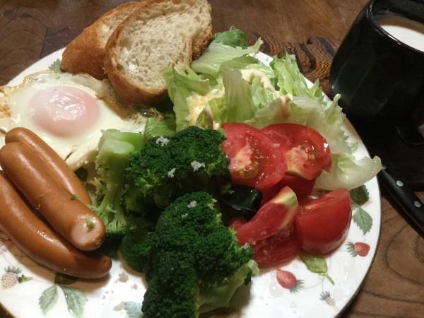 野菜いっぱいの朝食。