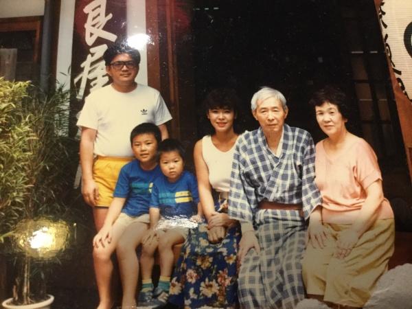 30年前、父が脳出血で倒れ、草津温泉奈良屋旅館 で療養に行った時の写真。 母60歳。父67歳。 隣が私。若いね。