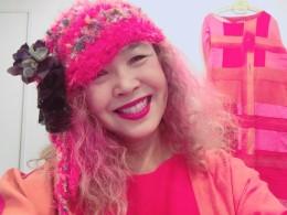 名倉奈美さん作品の帽子。 紅花とぴったりあいます。 明るい色を着ると、心が明るくなります。ルンルン。