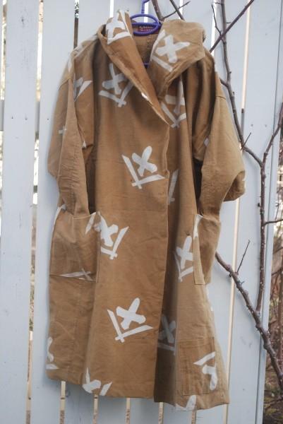 傘に十と入っている風呂敷からフードコートを作ってみました。 茶色は秋の色ですが、単衣仕立てですので、合着にどうぞ。 中に明るい色を着ても素敵ですね。