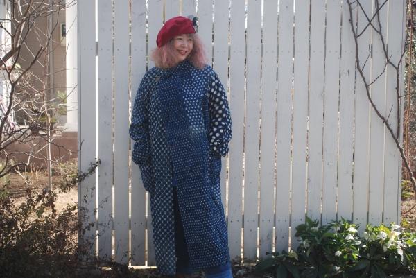 この絣の刺し子コート25年以上も愛用して着ています。 元は炬燵がけの布団。 とにかく暖かい。 ジムに行くときも、夜遅くなって帰宅する時も、着ていきます。 もうよれよれ。 それでも大好きなコートです。